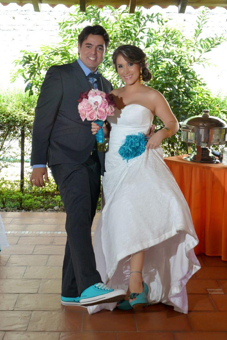 Mostrar los zapatos tanto el novio como la novia.  #FotografoBodasCali  #FotografiaBodasCali #FotografoMatrimoniosCali
