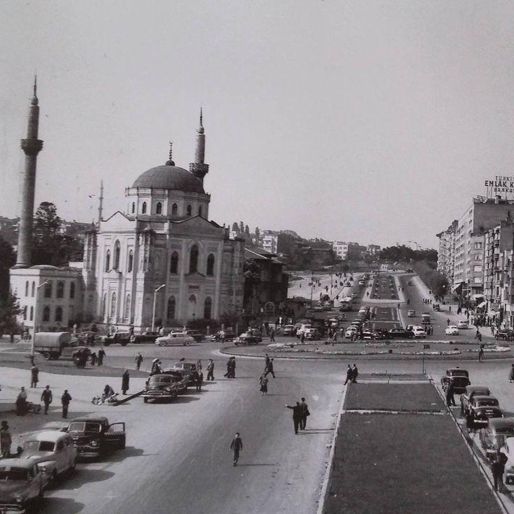 Atatürk Bulvarı 2. etabın yıkımları yapılıp cadde açıldıktan sonra; Açılan cadde yetersiz kalıp Köprü ve alt geçit yapılmadan önce Aksaray Meydanı. #istanbul #1960s