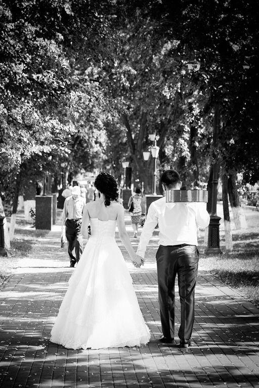 Свадьба, невеста, жених, гитара, тематическая, музыкальная, аллея, дорога, идут, платье, лето, Wedding, bride, groom, guitar, theme, music, alley, road, walk, dress, summer,