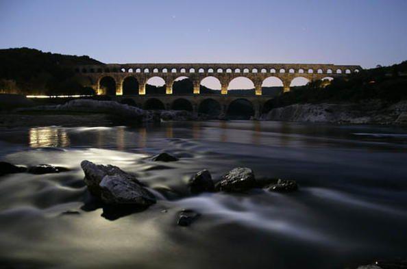 Le pont du Gard a été construit peu avant l'ère chrétienne pour permettre à l'aqueduc de Nîmes, long de près de 50 km, de franchir le Gardon. En imaginant ce pont de 50 m de haut à trois niveaux, dont le plus long mesure 275 m, les ingénieurs hydrauliciens et architectes romains ont créé un chef-d'œuvre technique qui est aussi une œuvre d'art. #unesco #whc
