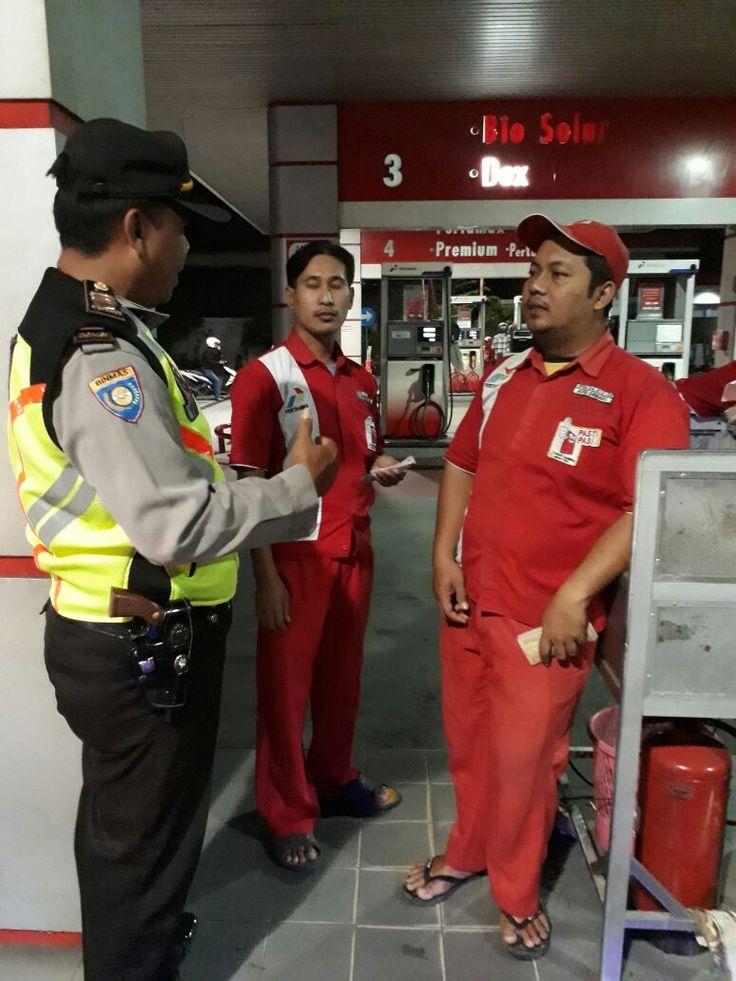 Karyawan SPBU Diberi Himbauan Kamtibmas Oleh Anggota Patroli 801 Polsek Candi Polres Sidoarjo