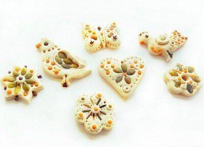 Фотографии МОНТЕССОРИ ДОМА!!! – 32 альбома  Игрушки на елку из соленого теста, украшенные семенами.