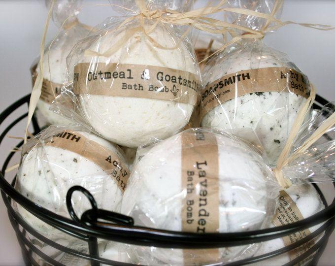 Bombes de bain Muscles endoloris sont fabriqués avec des huiles essentielles soigneusement sélectionnées pour une aromathérapie bain.  Ces bombes sont chargés avec des huiles essentielles, la terre des feuilles de consoude et des minéraux qui sont connus pour apaiser les calmer les muscles et les articulations endolories. Chargé avec aimant huiles et beurres à nourrir. Le parfum est un mélange dhuiles essentielles de camomille, romarin, citronnelle, menthe poivrée et lavande.  Tout…