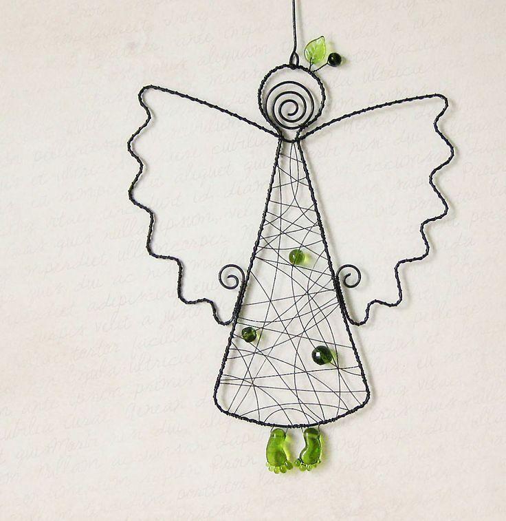 Anděl Drátovaná závěsná dekorace ze železného drátu, andílek zdobený zelenými korálky a ručně vinutými skleněnými nožkami od dívky s perlou. Rozměry závěsu cca 35x20cm, andílek 26x20cm. K zavěšení do okna, kde korálky krásně prosvítají, na zeď, do prostoru, do dětského pokojíku, nechám na Vás. Železný drát ve vlhku rezne. Návod na ošetřování bude ...