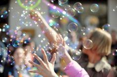 РЕЦЕПТ 1 :обычные мыльные пузыри 1/3 чашки детского шампуня без слез, 1/4 чашки воды, 2 чайных ложки сахара, 1 капля пищевого красителя. РЕЦЕПТ 2:Тягучие мыльные пузыри…