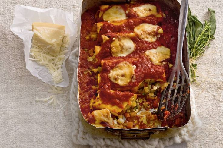 Winterse ovenpasta met veel seizoensgroenten. Omdat je verse pasta gebruikt, hoeft het gerecht maar kort in de oven - Recept - Cannelloni met wintergroenten