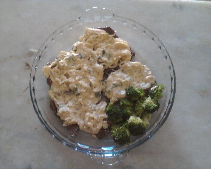 4 bifes médios  - sal a gosto  - 1 colher de sopa óleo  - 1 cebola média cortada em fatias finas  - 1/2 xícara de água  - 4 colheres de sopa maionese hellmann?s  - queijo coalho cortado em cubos a gosto  - 1 colher de requeijão  - cheiro verde  -
