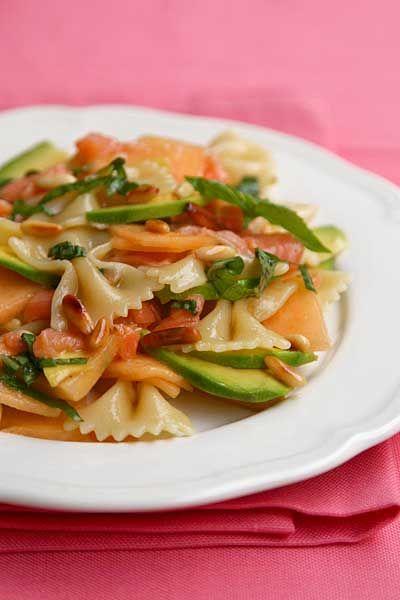 insalata di pasta con melone, avocado e salmone affumicato