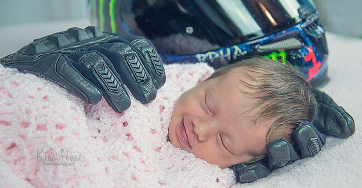 Foto Bayi Ini Menjadi Viral Setelah Dipeluk Sarung Tangan Ayahnya