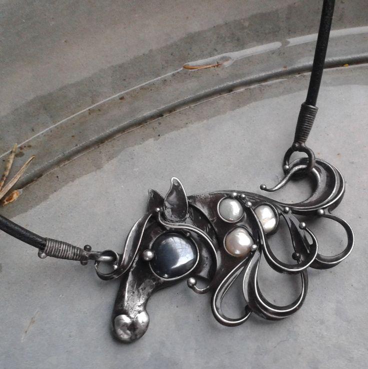 Koník...+Šperk+je+vyroben+z+cínu,+hematitu+a+pravých+perliček.+Velikost+šperku+je+8+x+5+cm.+Šperk+je+zavěšen+na+koženém+řemínku+délky+45+cm,+který+je+zakončen+ručně+vyrobeným+zavíráním.+Délku+řemínku+mohu+na+přání+upravit.+V+případě,+že+by+Vám+nevyhovoval+kožený+řemínek,+mohu+Vám+nabídnout+buď+ručně+vyrobený+řetěz+délky+40+-+90+cm,+nebo+bižuterní+...