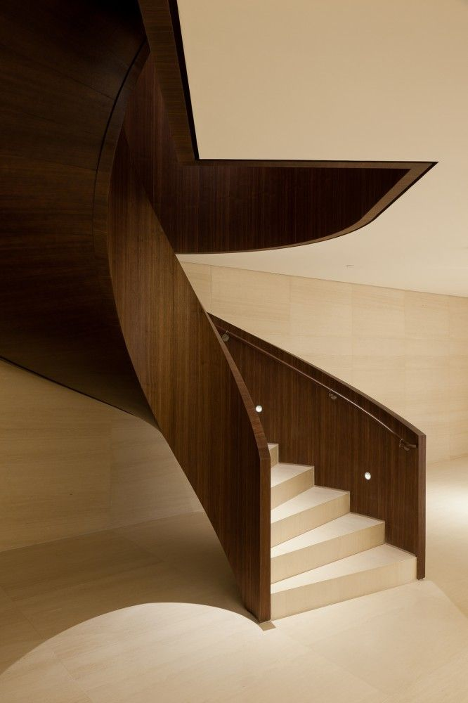 Sculptural wood and stone staircase inside the Bic Banco Headquarters in Sao Paolo by Kiko Salomão. Treppen Stairs Escaleras repinned by www.smg-treppen.de #smgtreppen