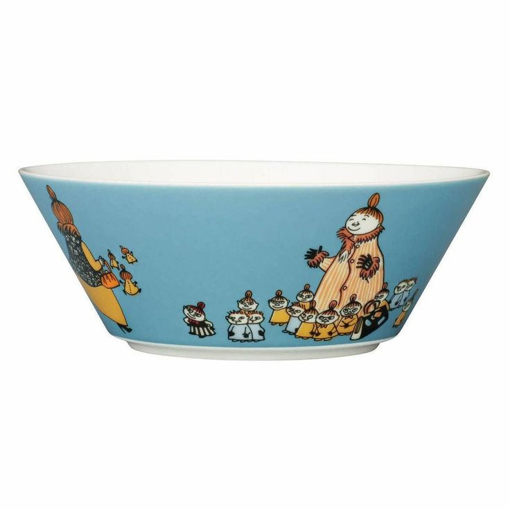 This blue/turquoise Moomin bowl by Arabia from 2012 features Mymble's mother with all her little children. It's beautifully illustrated by Tove Slotte and the images on the bowl can be found in the second Moomin comic book. Complete your collection of Moomin tableware with this wonderful piece. Also see other parts of the Mymble's mother series.Tässä sinisessä/turkoosissa Arabian kulhossa vuodelta 2012 esiintyy Mymmelin äiti kaikkien pienten lastensa kanssa. Kulhon on kauniisti kuvittanut…