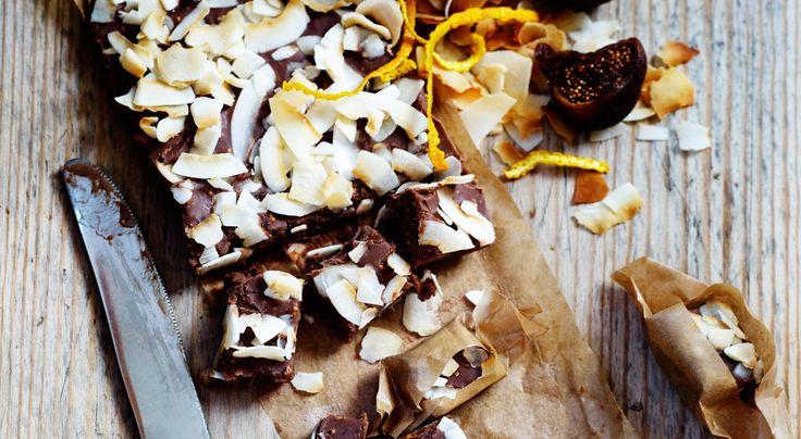 Recept på mjölkchokladtryffel med fikon och apelsin. Snabbt och enkelt godis. Kokos, apelsin och fikon är engod kombination – mjölkchoklad gör den inte sämre.