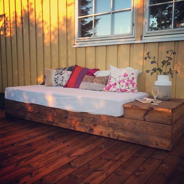My new lounge | #hagesofa #pallesofa #diy #homemade #trines_inspirasjon #stemning #mygarden #gjenbruk #kveld #jippi #luckyme #platting #julikveld #summertime #rom123 #kkliving #boligpluss #ide #tips #inspirasjon #interiør #interior #outdoor #outdoor_living #hageselskapet #koselig #handyman #snekring #snekker tusen takk @runeoterholm