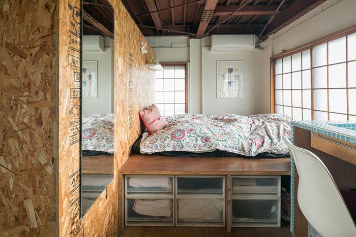5層の狭小住宅運河沿いのビルを改装した建築家夫婦のsoho 狭小住宅 改装 夫婦の寝室
