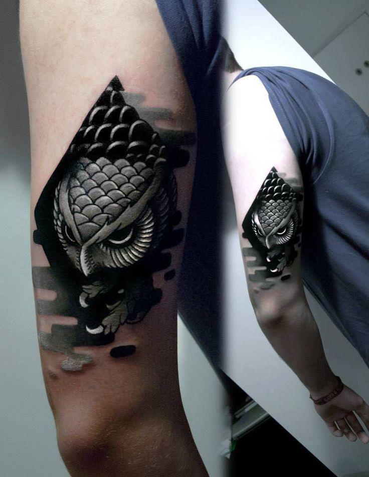 Tatuaje de estilo neotradicional/blackwork de un búho en el brazo izquierdo. Artista tatuador: Aleksy Marcinów