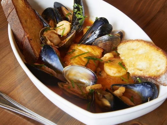 Meeresfrüchtesuppe mit Röstbrot ist ein Rezept mit frischen Zutaten aus der Kategorie Garnelen. Probieren Sie dieses und weitere Rezepte von EAT SMARTER!