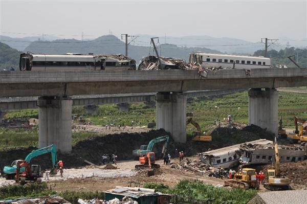 中国浙江省温州市で起きた高速鉄道事故現場。救出作業よりも車両解体と運行再開が優先された=2011年7月24日(河崎眞澄撮影)