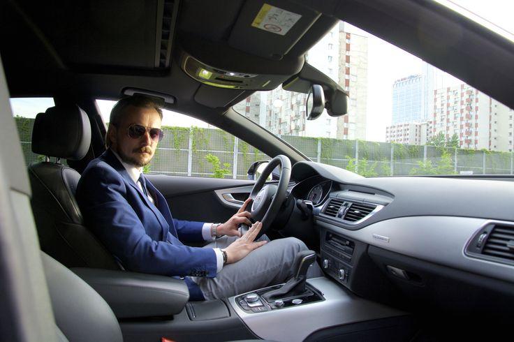 Za kierownicą Remigiusz Turlej, jeden z szoferów dbających o komfort i... kalendarz wirtuozów.