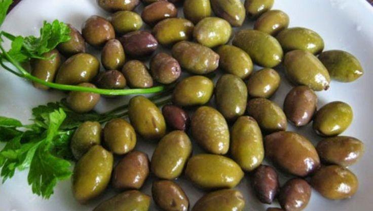 Είναι ο καιρός της ελιάς της Κρήτης, της πράσινης ελιάς. Είναι η ευκαιρία να φτιάξουμε τις ελιές πριν ακόμα ωριμάσουν στην άλμη για να συνοδεύουμε φαγητά και σαλάτες το χειμώνα. Κάντε τις λοιπόν κο