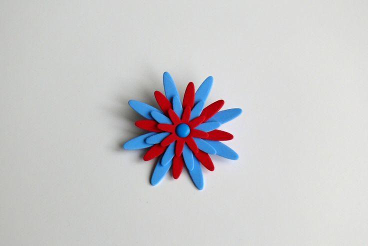 Brožka velikost 9 cm, na zadní straně brožový můstek, vyrobena z pěnovky (mossgummi) - velmi lehký materiál, krásně drží tvar lze připevnit na oděv, na tašku na závěs či záclonu