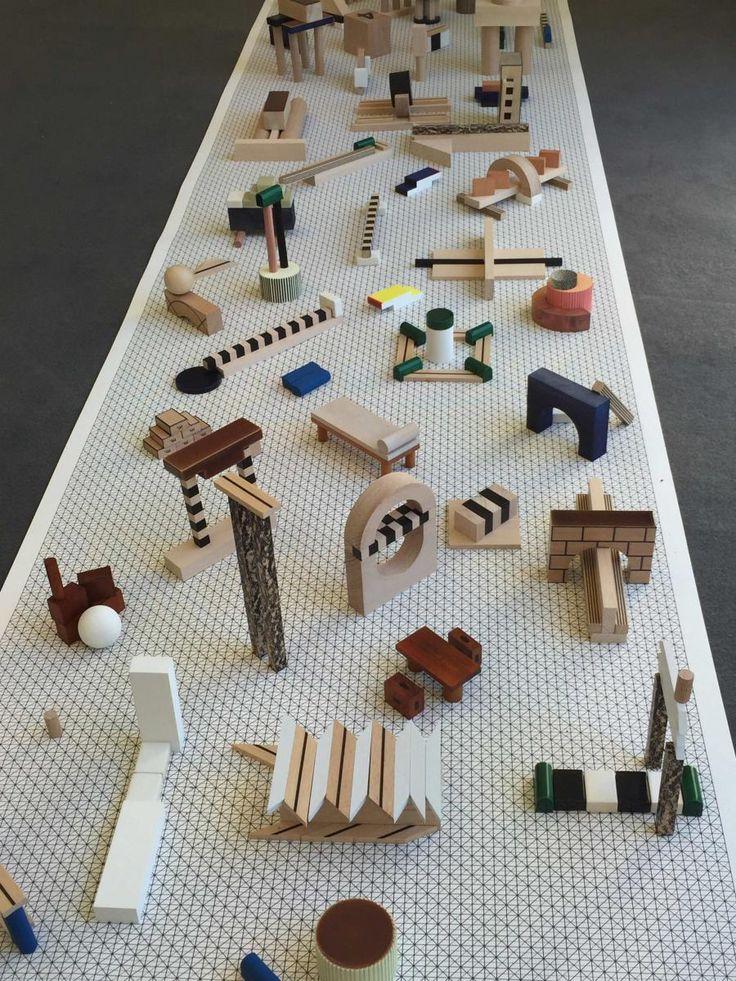 Alphabet, 2016, parPernelle Poyet,Hyeres.  Inspirée par les travaux des architectes et designersEttore Sottsass et Robert Morris, la jeune diplômée de l'Ensci Les Ateliers transforme l'alphabet en un système de signes graphiques non pas pour la langue, mais pour l'habitat.