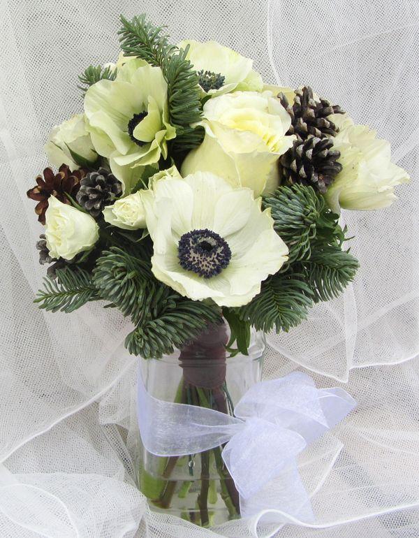 Ramo de novia de invierno con rosas y anemones blancas, pino y piñas de Arbolande #ramodenovia #bridalbouquet #tendenciasdebodas