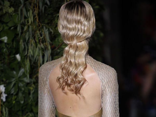 ENKEL TVIST: Bølgete og glansfullt hår er nydelig - og samler du håret bak ved å tvinne litt av håret på tvers, blir det plutselig en langt mer spennende sveis. Inspirasjonen er hentet fra Valentinos høst/vinter-kolleksjon. Foto: NTB Scanpix
