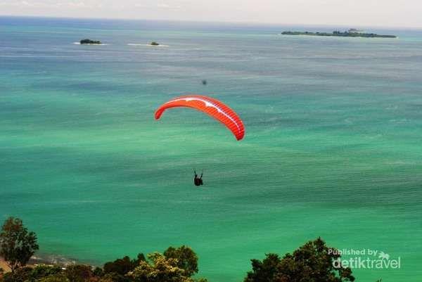 Bermain paralayang dari Bukit Langkisau sambil menikmati keindahan alamnya dan mendarat di pantai, tertarik untuk mencoba?