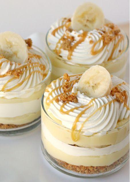 – 2 pakjes Vanille kloppudding (Dr. Oetker) – 3 bananen – Karamelsaus ( Zo maak je het ) – 2 pakjes verse slagroom – bastognekruimels ( Pak bastogne koekjes fijnmalen en mixen met 70 gram gesmolten boter ) Op de volgende pagina leer je hoe je hem maakt. 1. Leg een laag bastongnekruimels (gemixt met de boter) in een glaasje. 2. Leg er nu een laag vanillepudding op. Daarna 3 schijfjes banaan. 3. Daarna een laagje slagroom, bastognekruimels en karamelsaus. Herhaal dit nog een keer tot het glas