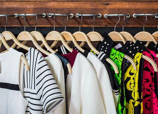 Met deze tien tips wordt zelfs de meest rommelige kledingkast een georganiseerd kledingwalhalla.