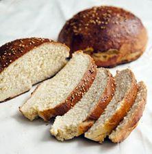 Αφράτο και μυρωδάτο ψωμάκι από τη μαστίχα και το γλυκάνισο, συνοδεύει τέλεια ώριμα κίτρινα τυριά αλλά και αρωματικές μαρμελάδες