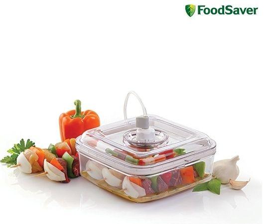Foodsaver FSFMA0050 Marinadebox € 22,95 De Quick Marinator is een container van 2,1 liter waarmee vlees, groenten of andere voedingswaren in enkele minuten vacuüm kunt marineren.  Met behulp van de vacuümkracht dringt de marinade diep in het voedsel. Alle bewaardozen van FoodSaver zijn BPA-vrij! Aan te sluiten op de vacumeermachines