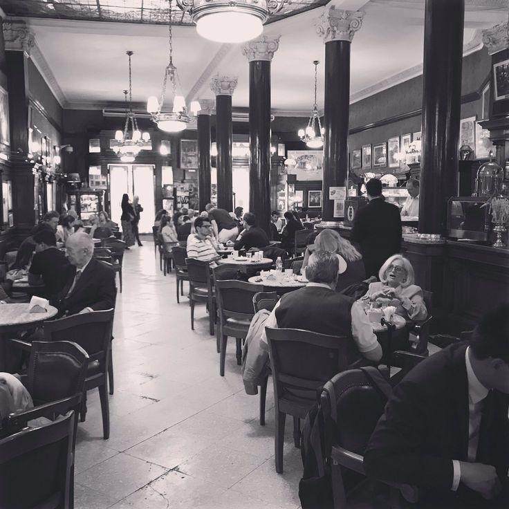 Feliz viernes viajeros! Hoy les compartimos esta fantástica imagen enviada por nuestros recientes pasajeros italianos, la familia Gnerre. Muchísimas gracias!! #Fridayfeeling #travelers #beautiful #coffee #store #cultural #traveling #BuenosAires #Argentina #photography #WeTravelTogether #Buenviernes #viajeros #viajando #fotografia #cultura #cafeteria #antiguo #CafeTortoni