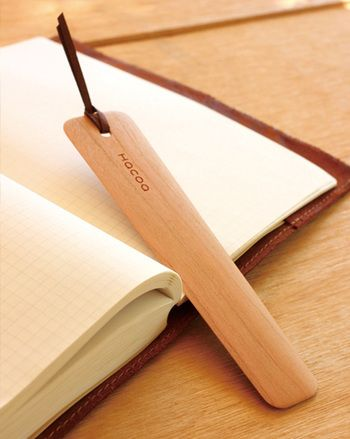 1962年福井県鯖江市に創業した山口工芸。漆器の中でも「箱もの」といわれるお盆やお膳などの漆を塗る前の木地作りを手がけてきました。その山口工芸のオリジナル木工ブランドとして2001年に誕生した「Hacoa(ハコア)」より、木製のしおりをご紹介。