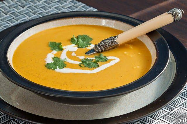 Indiase Pompoen soep Ingrediënten: - 1 biologische pompoen, bv flespompoen (circa 1 kilo) - 2 el zonnebloemolie - 1...