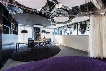 Los espacios de trabajo de una compañía como Google exigen, aparte de unas oficinas innovadores, la organización exitosa de una multitud de funciones adicionales, tales como 5 restaurantes, 42 cocinas micro y centros de comunicación, habitaciones de juegos, centro de fitness, piscina, zonas de wellness, centro de conferencias, puntos de aprendizaje y desarrollo, paradas de tecnología, más de 400 salas de reuniones formales e informales y cabinas telefónicas, etc. #Google