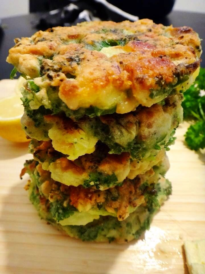 BROCCOLI, FETA AND PINE NUT FRITTERS Ingredients (makes 8 fritters) 1 medium sized broccoli 3 garlic cloves, finely chopped 4 eggs 1 small bunch of parsley, chopped 150 grams of gluten free flour or buckwheat flour (put an extra 50 grams aside incase mixture is too wet) 80 grams of feta cheese 1/2 cup of pine nuts 1 lemon Salt and pepper Dash of oil