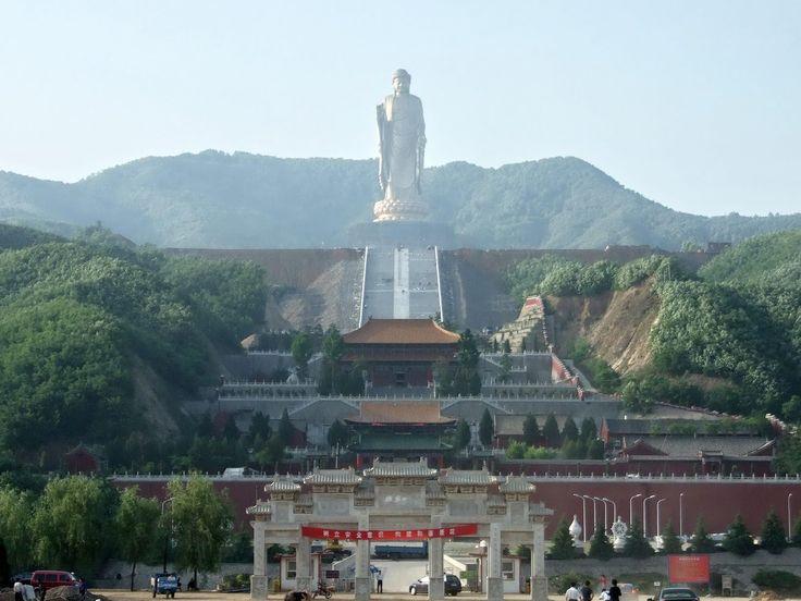 Seguindo a tradição dos Budas gigantes, o monumento totaliza 153 metros de altura.