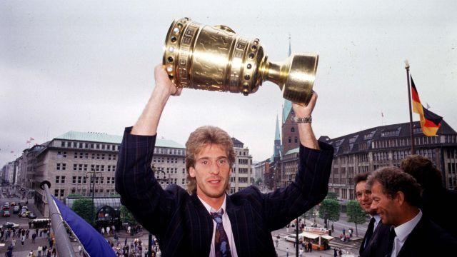 23.10.2014  Herzlichen Glückwunsch - Uli Stein wird 60! Der ehemalige HSV-Torwart Uli Stein, der 228 Bundesligaspiele für die Rothosen bestritt und mit dem Verein zwei Meisterschaften, einen DFB-Pokal und 1983 den Europapokal der Landesmeister gewann, feiert seinen 60. Geburtstag.  ... nur der HSV !!
