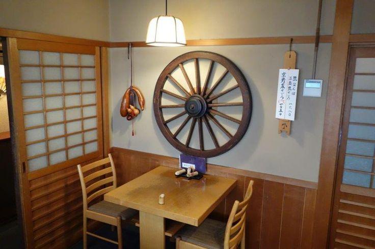 Bulunduğu sokak turist haritalarında bulunmuyor. Aslında sevindirici. Çünkü tamamen yerel halk ile geziyorsunuz. Dükkanlar ve evler ahşap geleneksel Japon mimarisi hakim... Daha fazla bilgi ve fotoğraf için; http://www.geziyorum.net/kyotoda-kesfedilmesi-gerekenler/