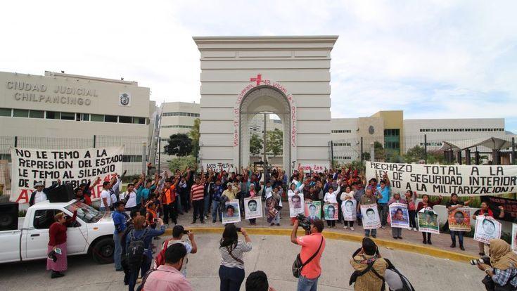 PADRES DE LOS 43 Y NORMALISTAS PROTESTAN EN CIUDAD JUDICIAL DE CHILPANCINGO