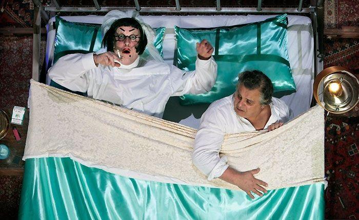 Dit bed, uit de voorstelling Lang & Gelukkig, staat rechtovereind. De acteurs 'staan' dan ook in het bed. Dit geeft een heel grappig effect!