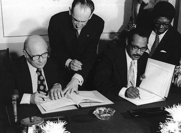 Henck Arron en Premier Den Uyl tekenen de onafhankelijkheid van Suriname in 1975