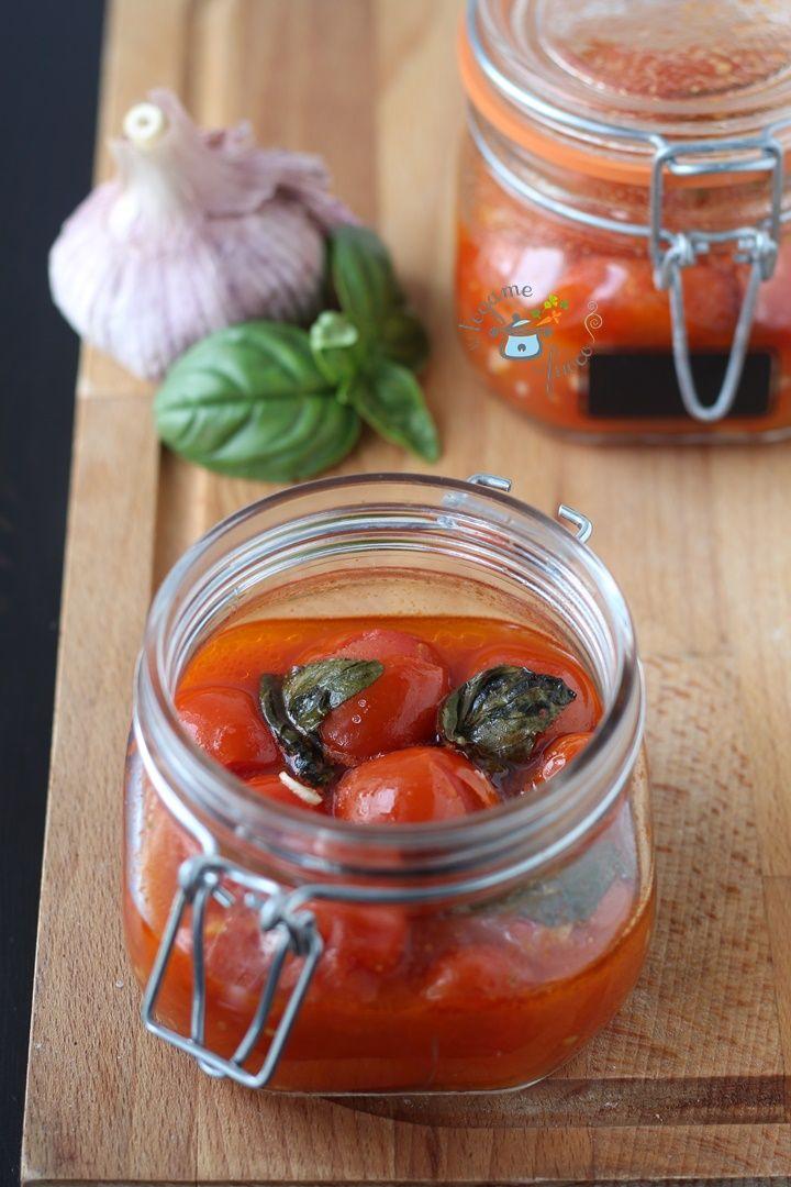 Ecco la salsa in vasocottura. Dei pomodorini sciué sciué, cotti al vapore in vasetto, perfetti se si vuole tenere in frigo una salsa pronta fatta in casa.