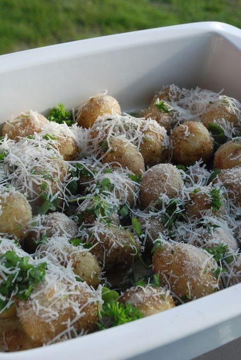 Färskpotatis i ugn med honung, parmesan och örter