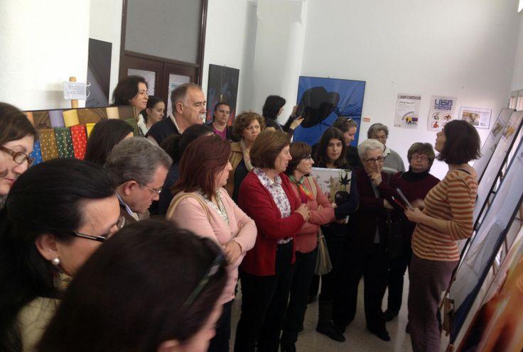 Patricia Picazo pregunta a los asistentes a la inauguración de la exposición ¿Dónde lees tú? cuál es su lugar favorito de lectura en Fuente del Maestre (Badajoz)   Un libro es un amigo