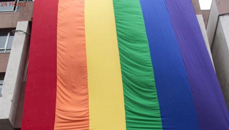 Despliegue de bandera de la diversidad marca aniversario de tragedia en discoteque Divine