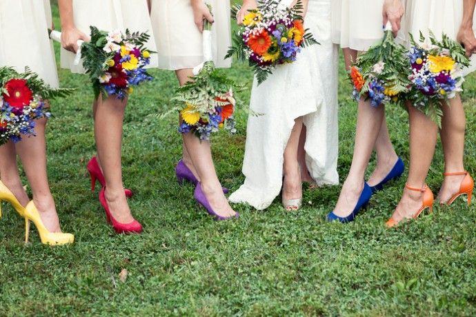 Mariée et ses demoiselles d'honneur aux couleurs de l'arc-en-ciel jusqu'au bout des pieds !