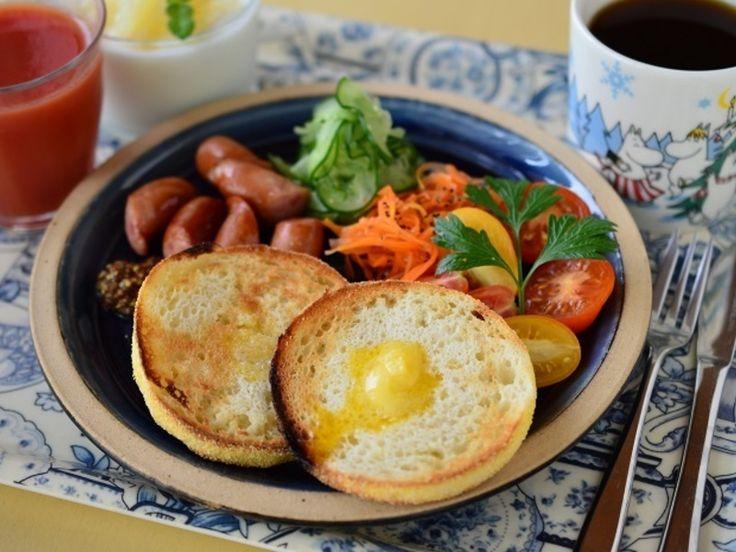 2015年8月24日の朝食 イングリッシュマフィンと出西窯のお皿♪